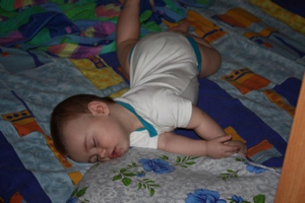 Грудной ребенок выгибает спину и плачет