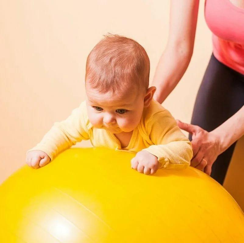 Занятия на фитболе с грудничком 3 месяца