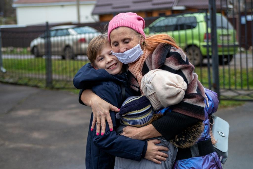 Многодетную мать заставили отдать детей в социальный центр из-за беспорядка в квартире - rt на русском