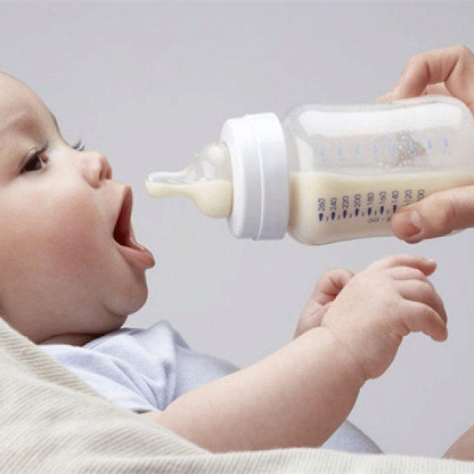 Почему грудничок срыгивает после кормления смесью