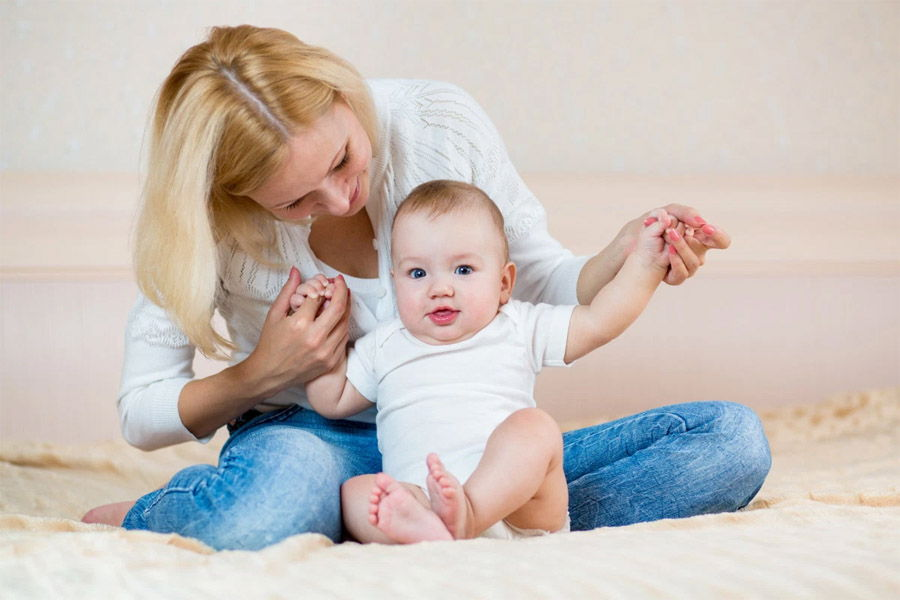 Когда дети начинают сидеть — рекомендации врачей—ортопедов относительно возрастного критерия, а также советы, как правильно начать присаживать малыша
