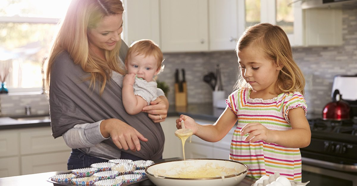 Дети на кухне: как уберечь и чем занять