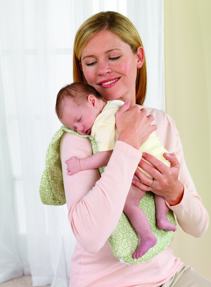 Как правильно держать новорожденного ребенка - все позы и способы