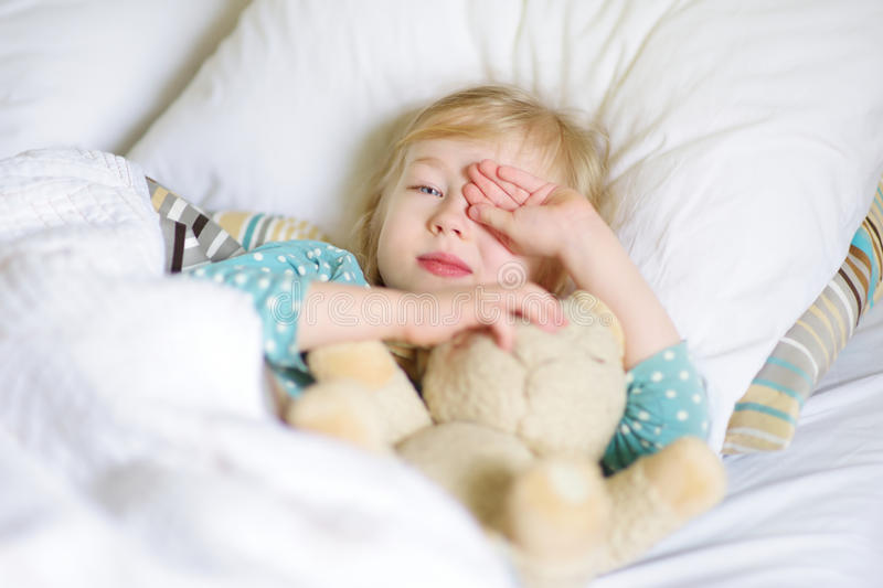 Почему ребенок спит только на руках и как его отучить от этого