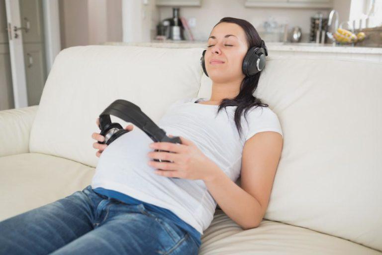 Можно ли беременным ходить на концерты, слушать музыку громко в наушниках или петь: польза и вред громкой музыки, какой стоит отдать предпочтение, и как часто слушать
