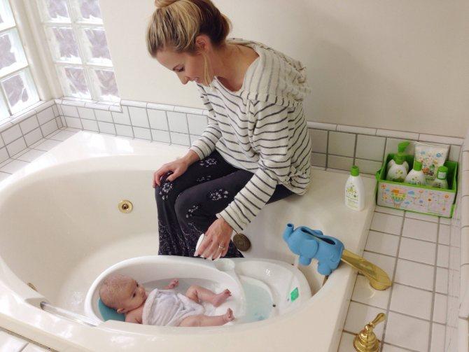 Первое купание новорожденного дома (когда и как)