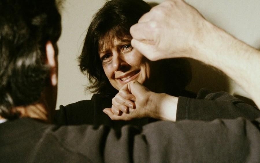 Ребёнок от обиды стал бить маму. что делать?