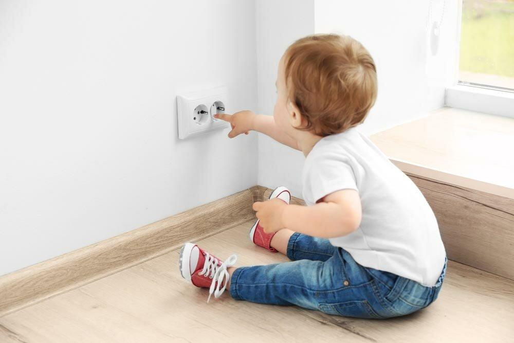 Как обеспечить маленькому ребенку безопасность дома