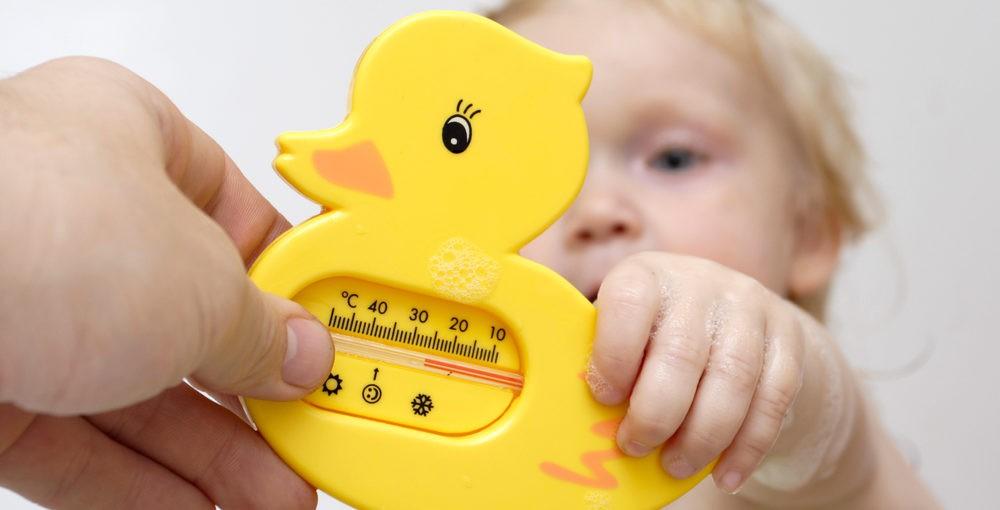Купать новорожденного в кипяченой воде: обязательно ли нужно, сколько должно длиться купание, до какого возраста ребенка?