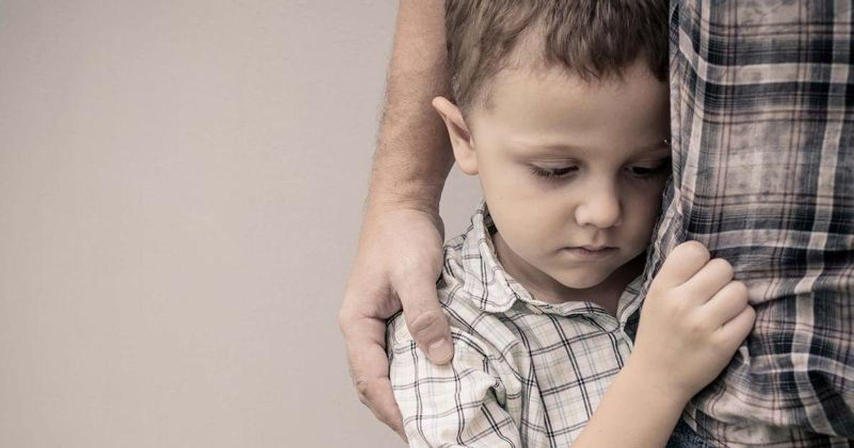 Почему малыш стесняется и как помочь ему преодолеть застенчивость
