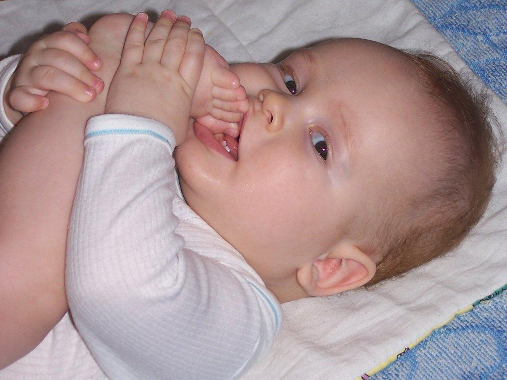 Сосание пальца. почему ребенок сосет палец и как отучить его от этой вредной привычки?