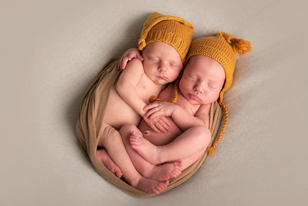 Уход за новорожденной двойней: гигиена, сон и кормление