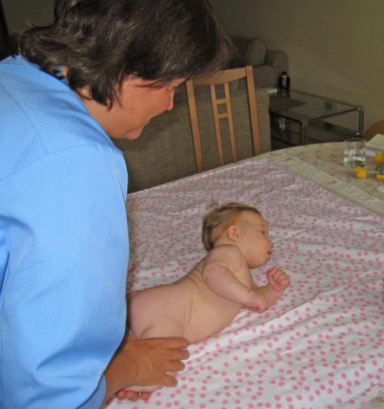 Причины плача и выгибания спины ребенка: почему грудничок кричит и выгибает спину