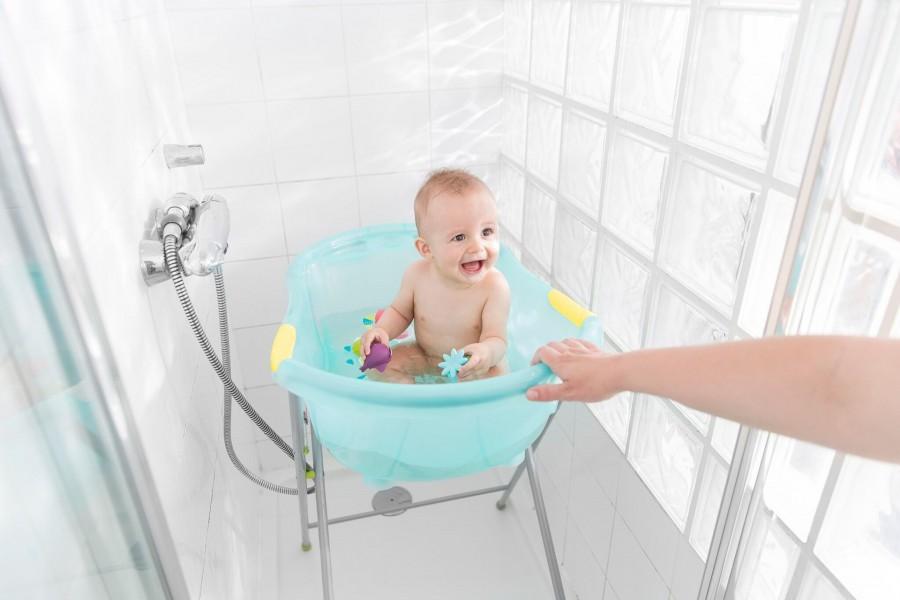 Ванночка для купания новорожденных. какую купить можно, а какую нельзя ни в коем случае