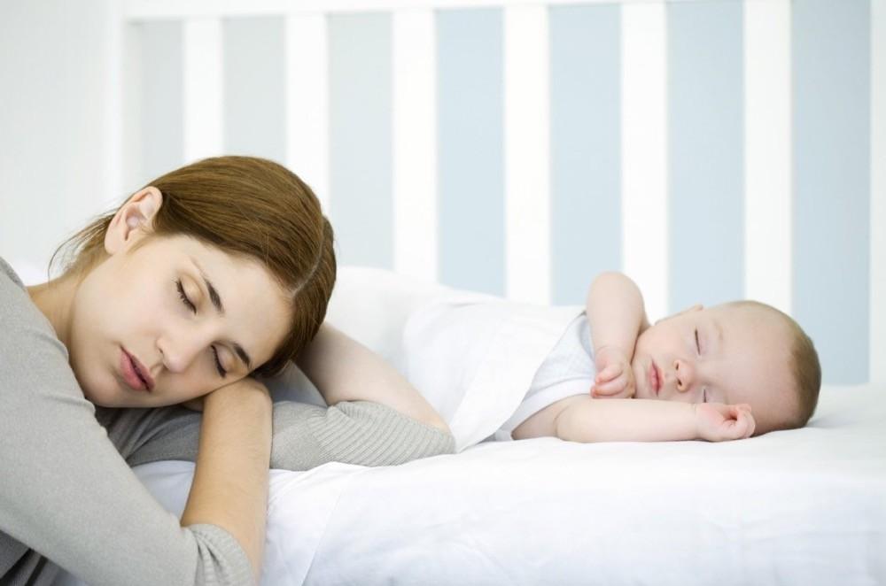 Ребенок спит только на руках, а положишь просыпается: проблема или нет