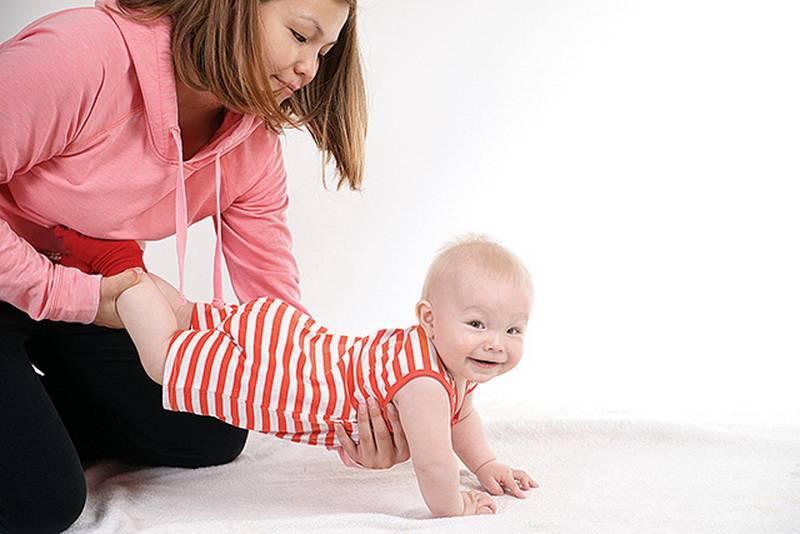 Возраст присаживания: во сколько месяцев можно сажать ребенка и как не наделать ошибок?
