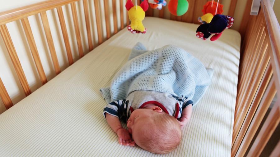 Как быстро уложить грудничка спать на ночь и днем