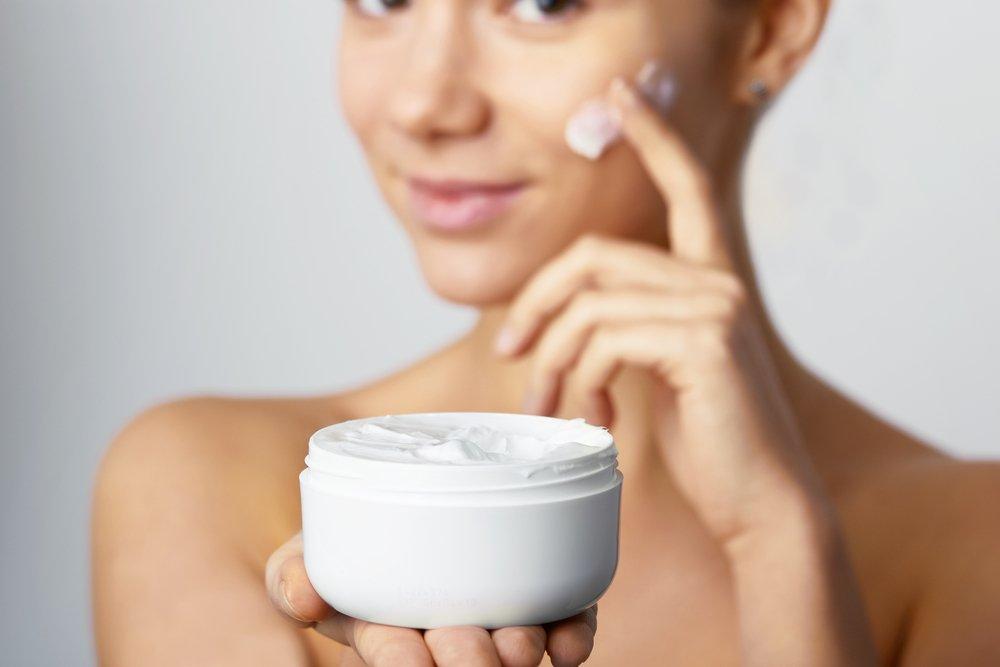 Уход за жирной кожей лица зимой: топ-10 зимних средств