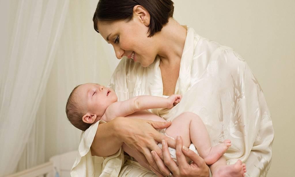 Как правильно держать новорожденного на руках, во время кормления, при купании: 5 главных правил
