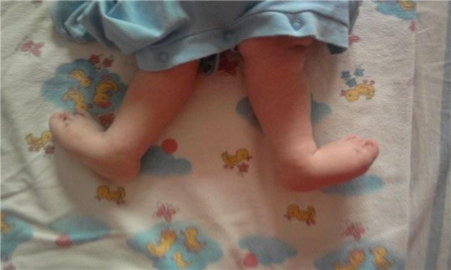Почему грудной ребенок выгибает спину и плачет: причины