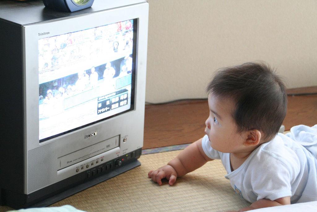 Как телевизор влияет на грудного ребенка?