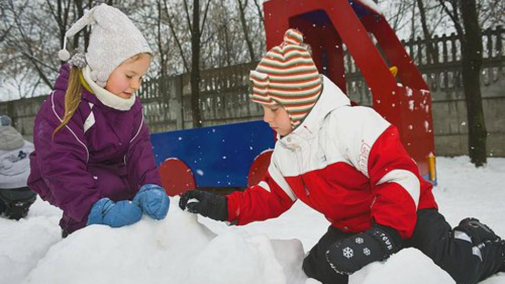 Чем занять ребенка на улице летом. летние игры для детей на свежем воздухе.