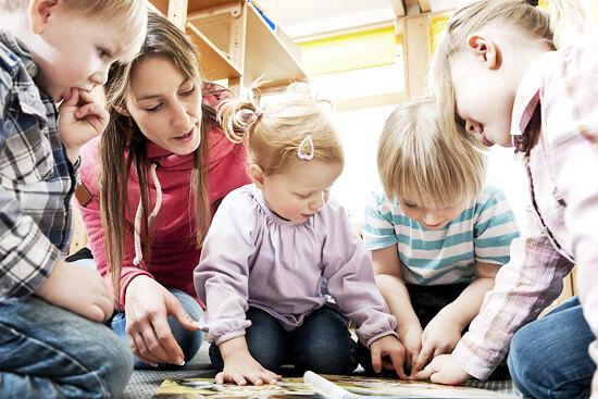 Нужно ли ребенку ходить в детский сад: плюсы и минусы, как выбрать, дети часто болеют, развитие, общение