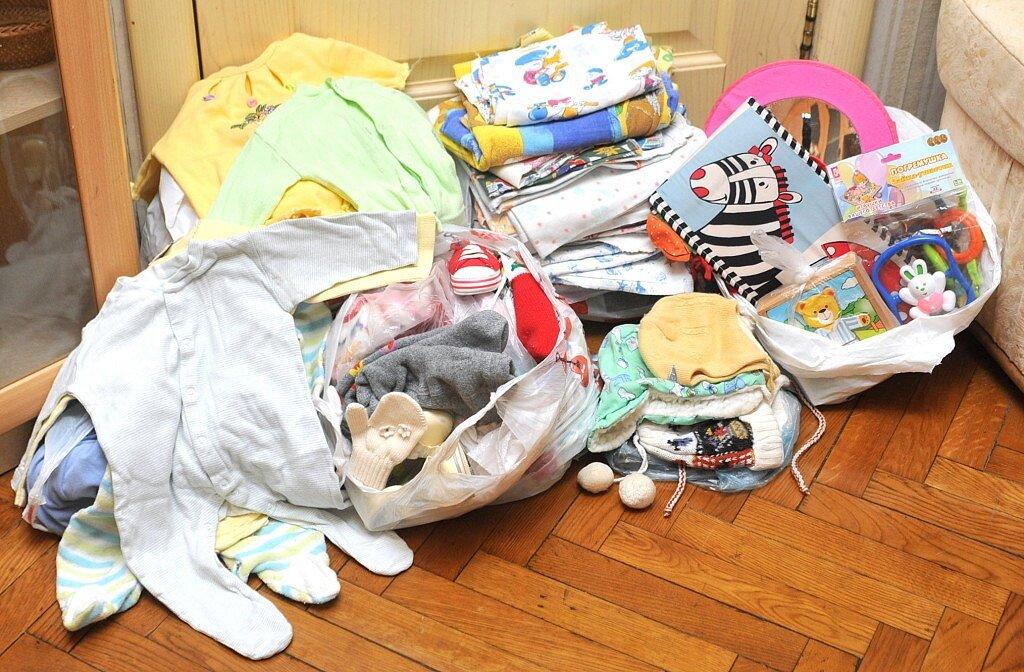 Стоит ли покупать новые вещи при рождении малыша или сэкономить с б/у? что делать с детскими вещами, которые малы? можно ли выбрасывать детские вещи на мусорку: приметы
