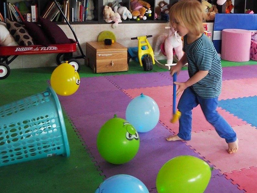 Чем занять ребёнка в 1 — 2 года: игры для дома и улицы от детского психолога