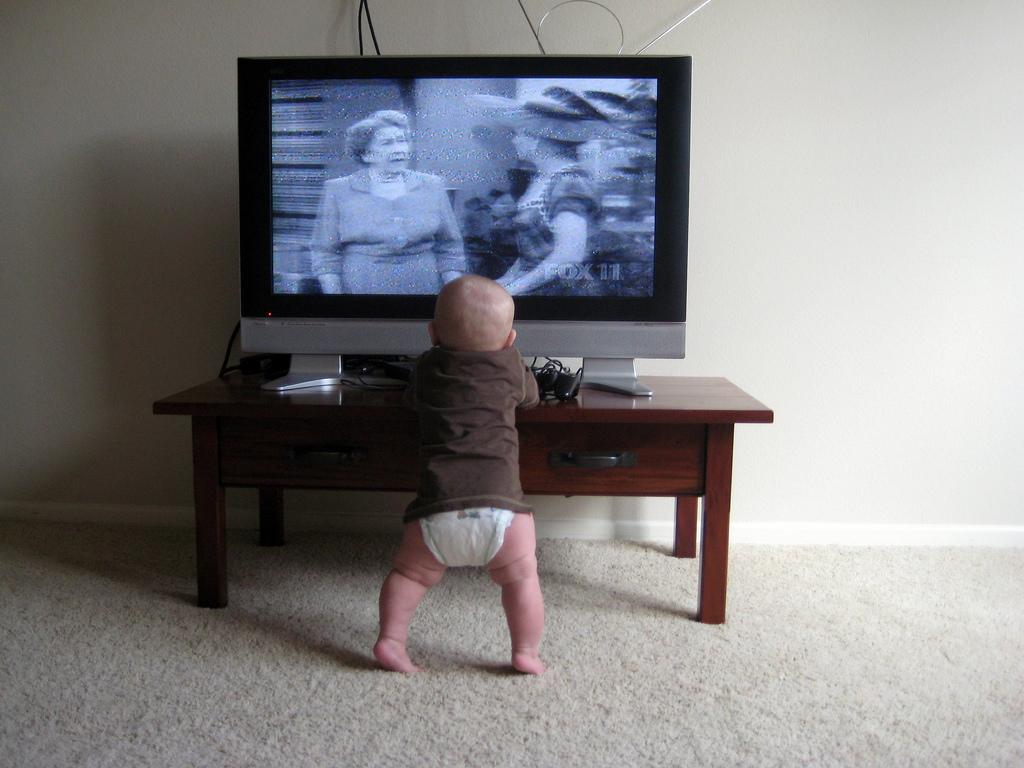 Грудничок смотрит телевизор: разрешить или запретить