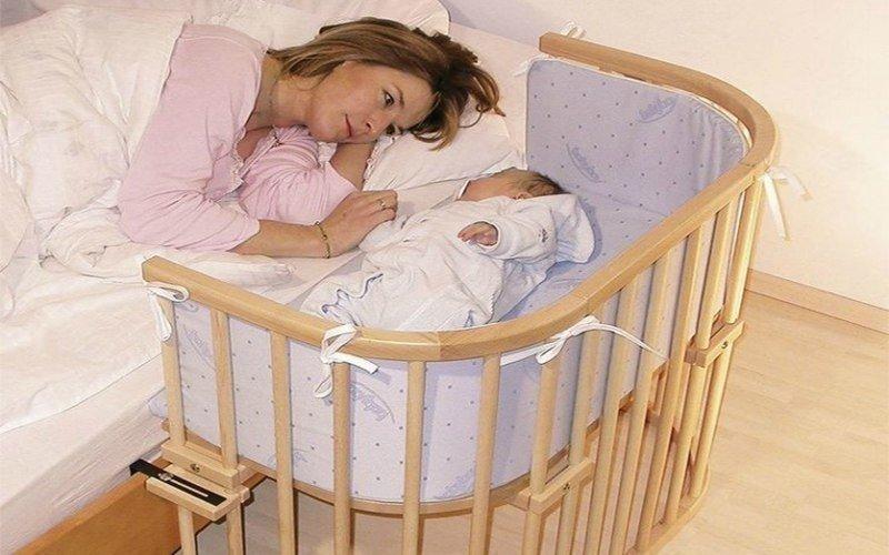 Нужно ли будить ребенка на кормление, если он долго спит?