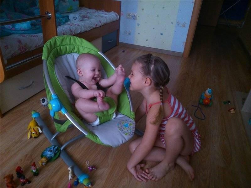 Когда ребенок начинает смеяться в голос?