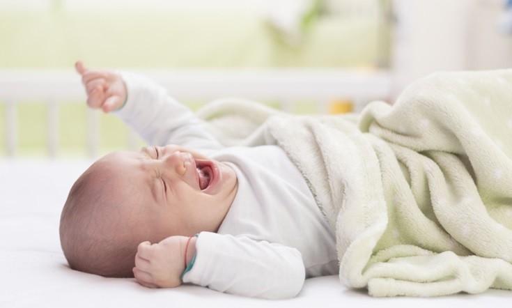 Почему новорожденный ребенок не спит или плохо спит днем – причины, что делать