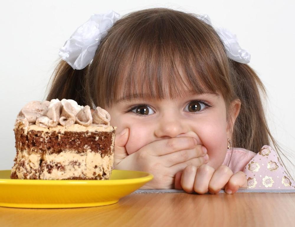 Полезны ли сладости детям? можно ли давать сладкое ребенку?