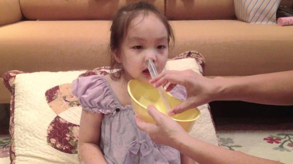 Физраствор для промывания носа новорожденному комаровский. как правильно можно промыть нос ребенку физраствором: возможные способы