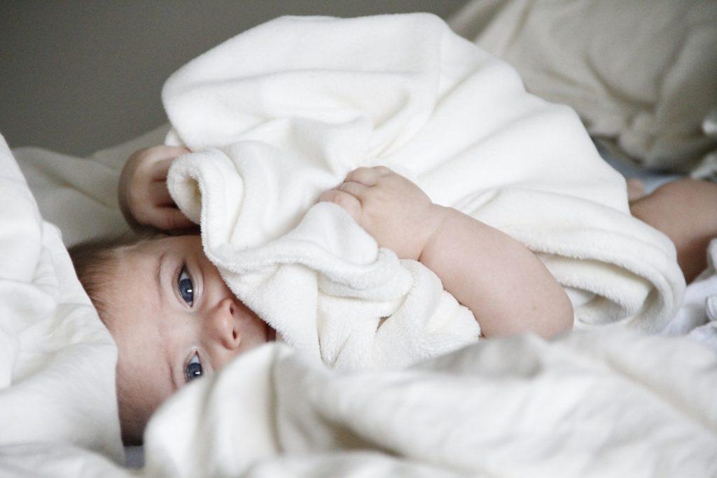 Новорожденный мало спит днем и часто просыпается. что делать?
