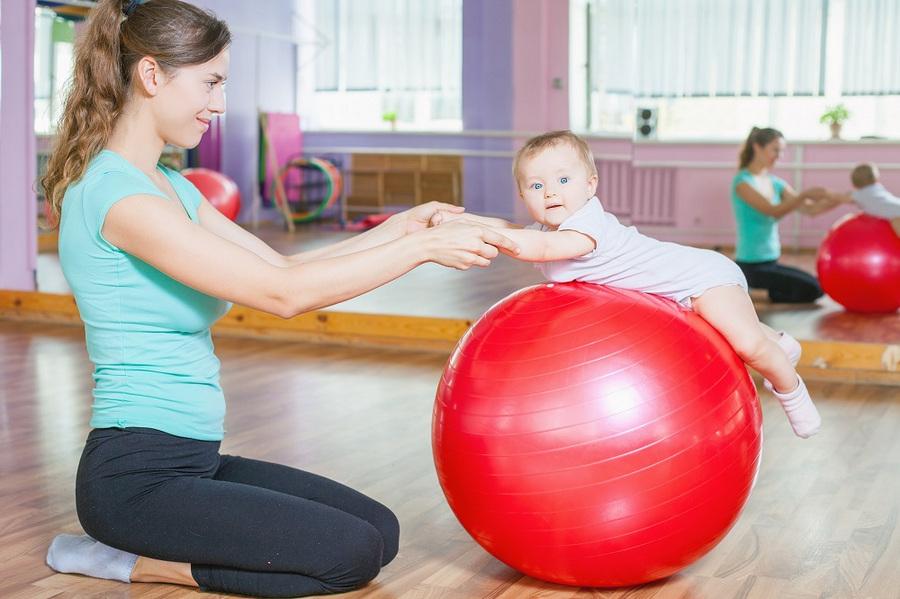 Фитбол для грудничков: как выбрать, занятия и упражнения