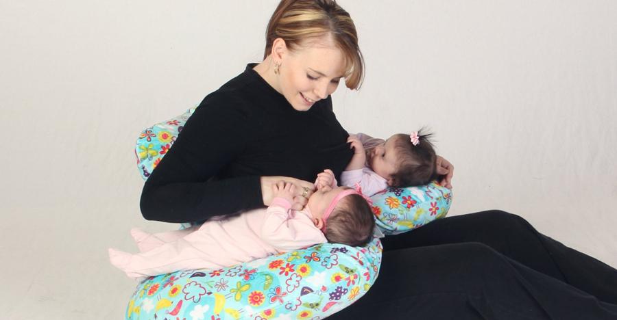 Как купать двойню (близнецов) - новорожденных, можно ли одновременно, видео