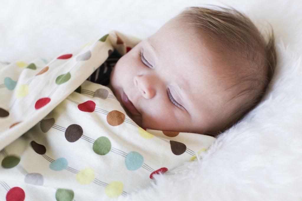 Как отучить ребенка от пеленания и приучить его спать без пеленки