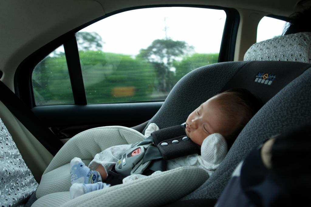 Как по правилам перевозить новорожденного в машине