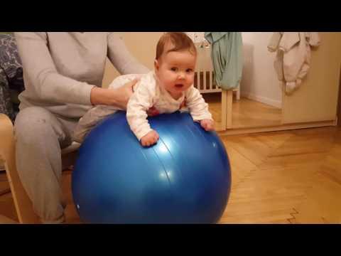 Упражнения на фитболе для грудничков 6 месяцев видео — про маму