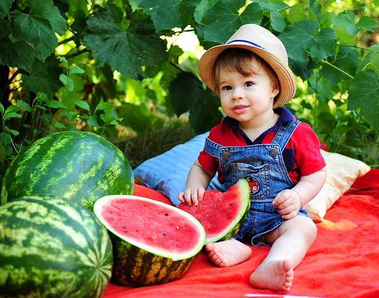 Когда, в каком возрасте и в каком количестве можно давать ребенку арбуз? польза и вред арбуза для детей, ограничения к употреблению арбуза. что делать, если ребенок проглотил семечки от арбуза?