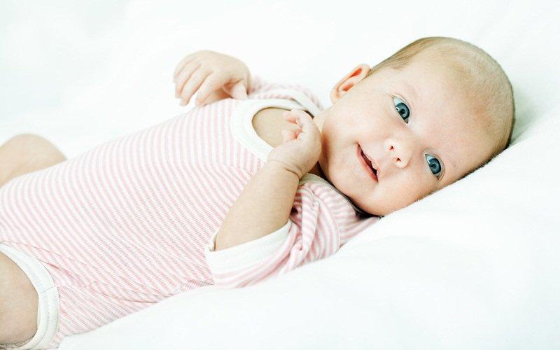 Когда новорожденный начинает видеть: когда ребенок начинает смотреть после рождения и приобретать живой взгляд - во сколько месяцев у грудничка взгляд фокусируется, видят ли новорожденные мир перевернутым