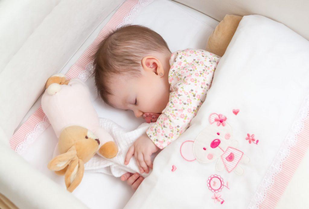 Почему ребенок спит только на руках - ребенок спит только на руках а положишь просыпается, что делать