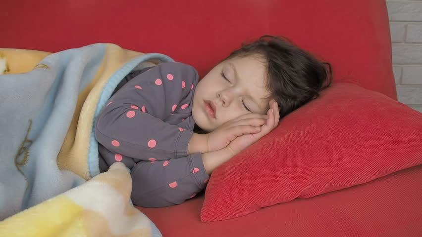 Ребенок спит с приоткрытыми глазами, основные причины
