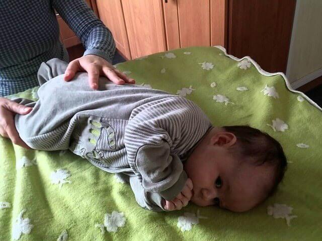 Когда малыш начинает переворачиваться?