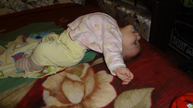 Почему младенец выгибает спину и плачет