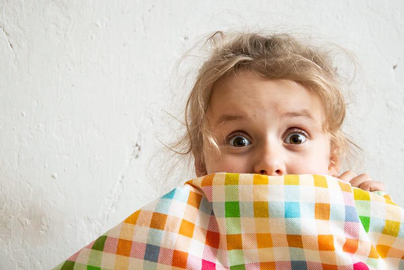 Ребенок боится других детей: что делать. почему ребенок боиться