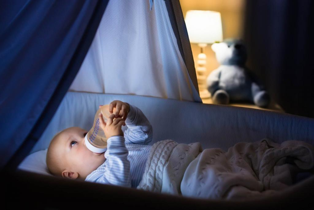 Ребенок спит только на руках – положишь просыпается: причины и что делать