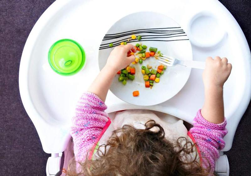 Ребенок не хочет пробовать новую еду: что делать?